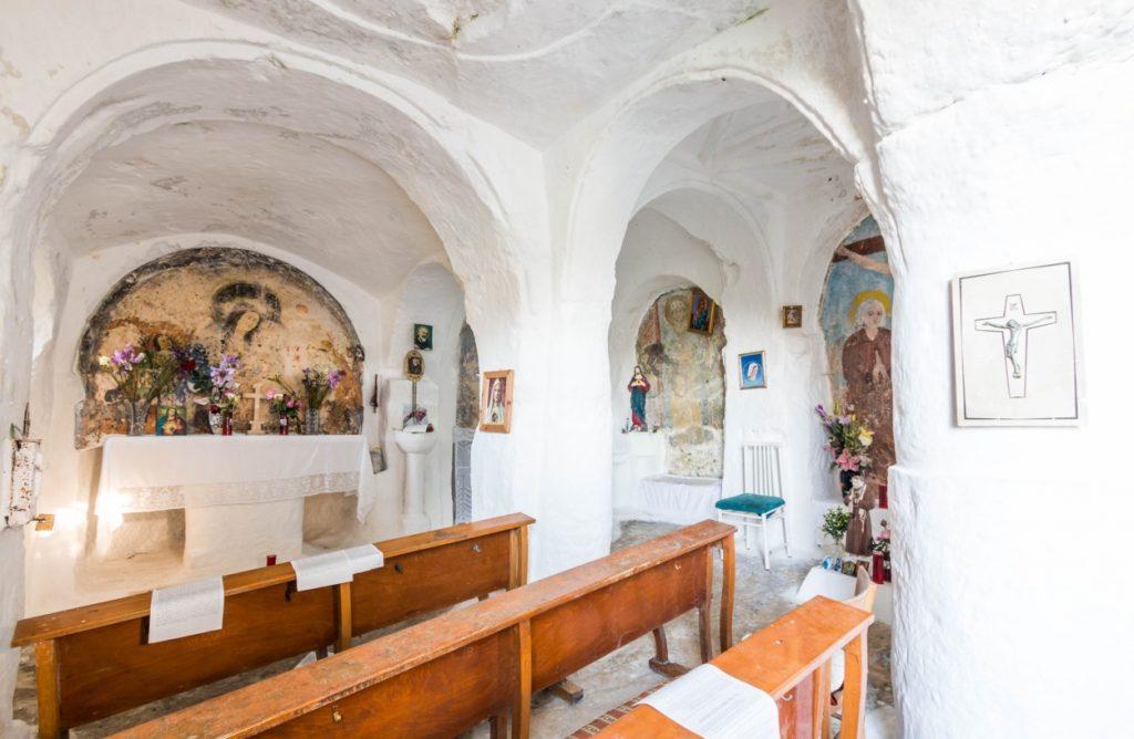 Interno chiesa rupestre madonna sette lampade mottola